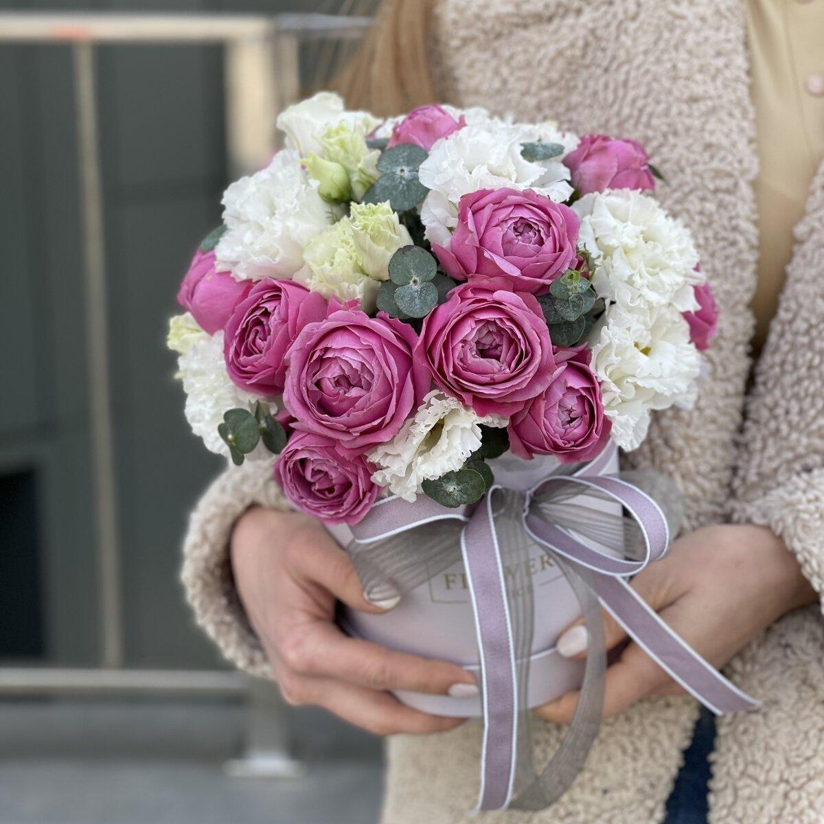 Коробка Валенсия с кустовыми пионовидными розами и эустомой