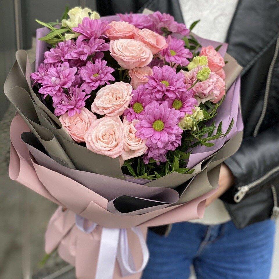Букет из хризаентем и кустовой розы Мерцание