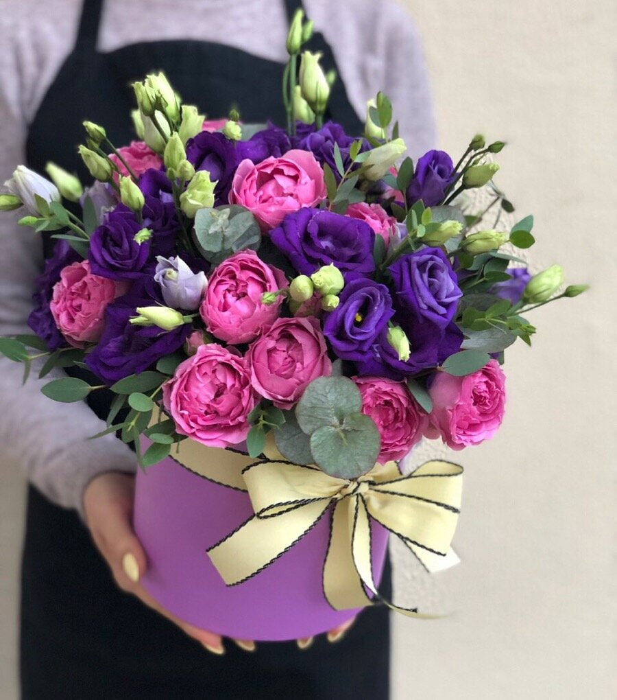 Коробочка с эустомой и кустовой пионовдной розой Сапфир