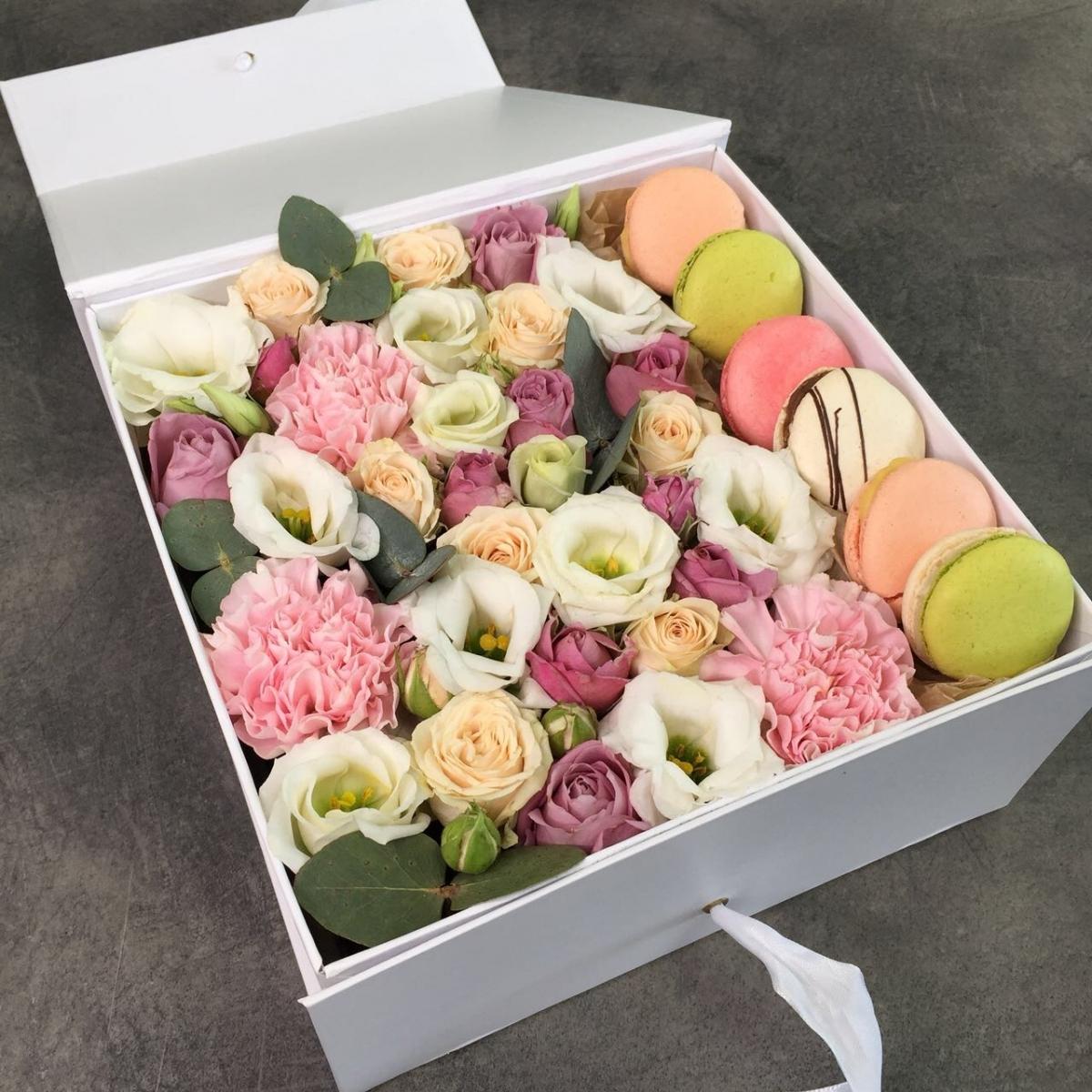 Коробочка macarons с кустовой розой и эустомой Волшебство