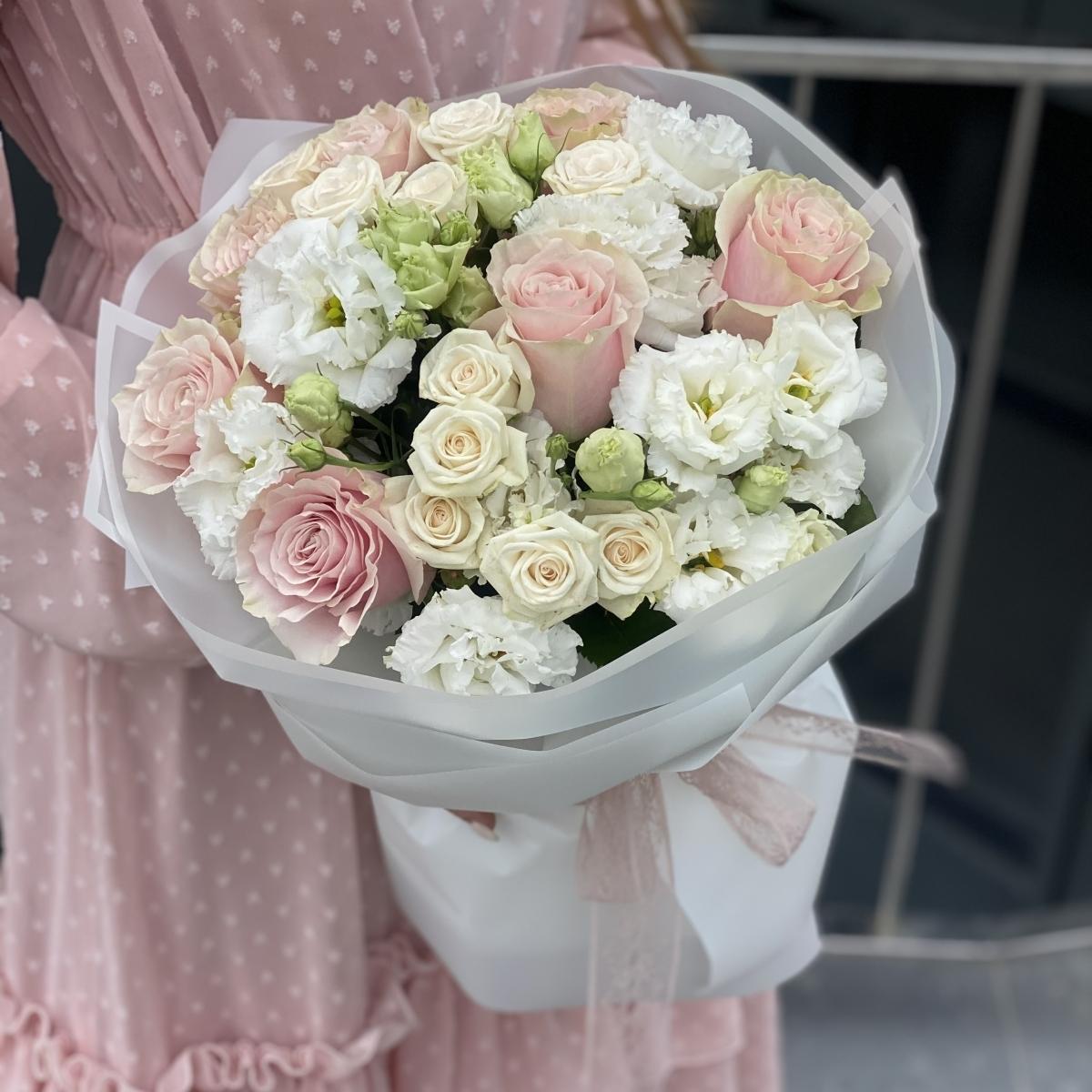 Букет Очаровашка из роз и эустомы