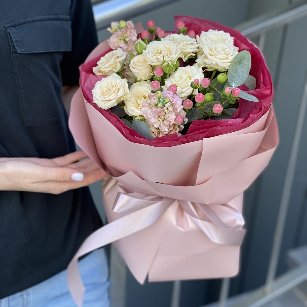 Букет Хорошего дня с кустовыми розами и ароматной маттиолой