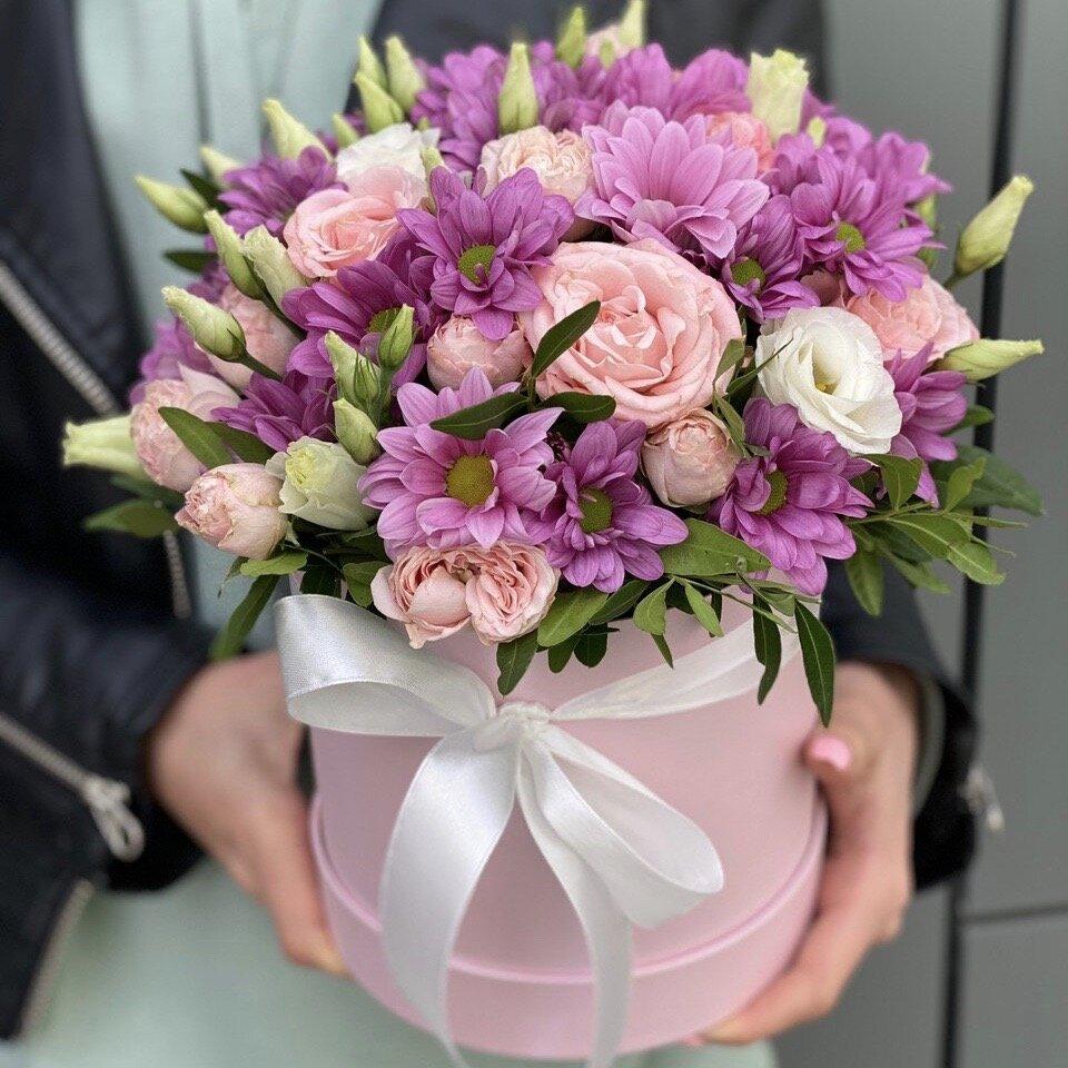Коробка из хризантемы, кустовой розы и эустомы Цветочная поляна