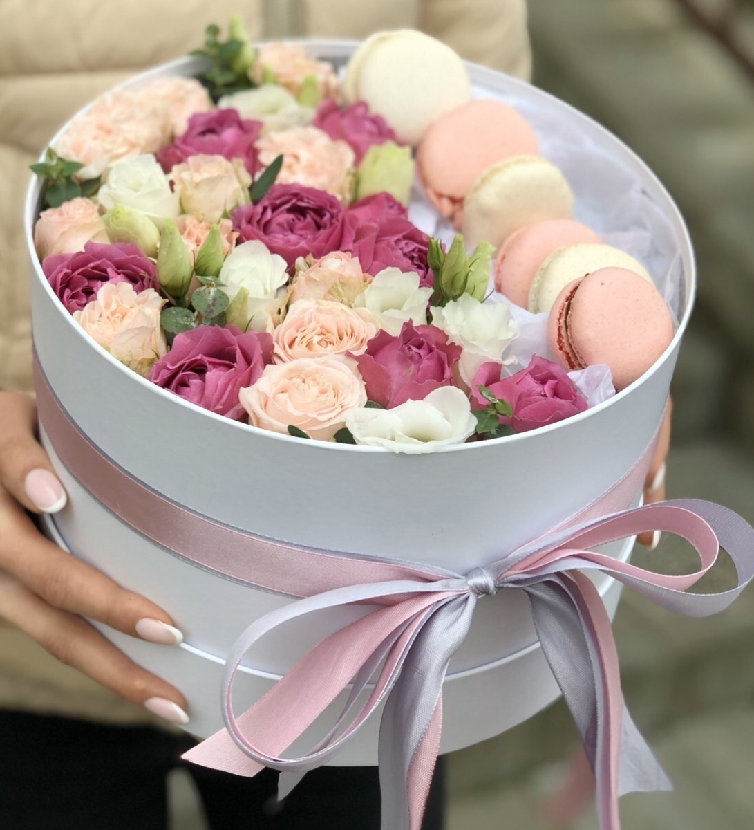 Коробочка macarons с кустовой розой и эустомой Изящная