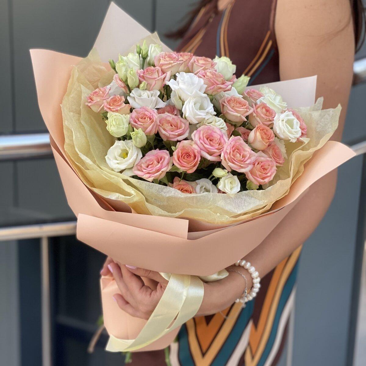 Букет Время года из кустовой розы и эустомы