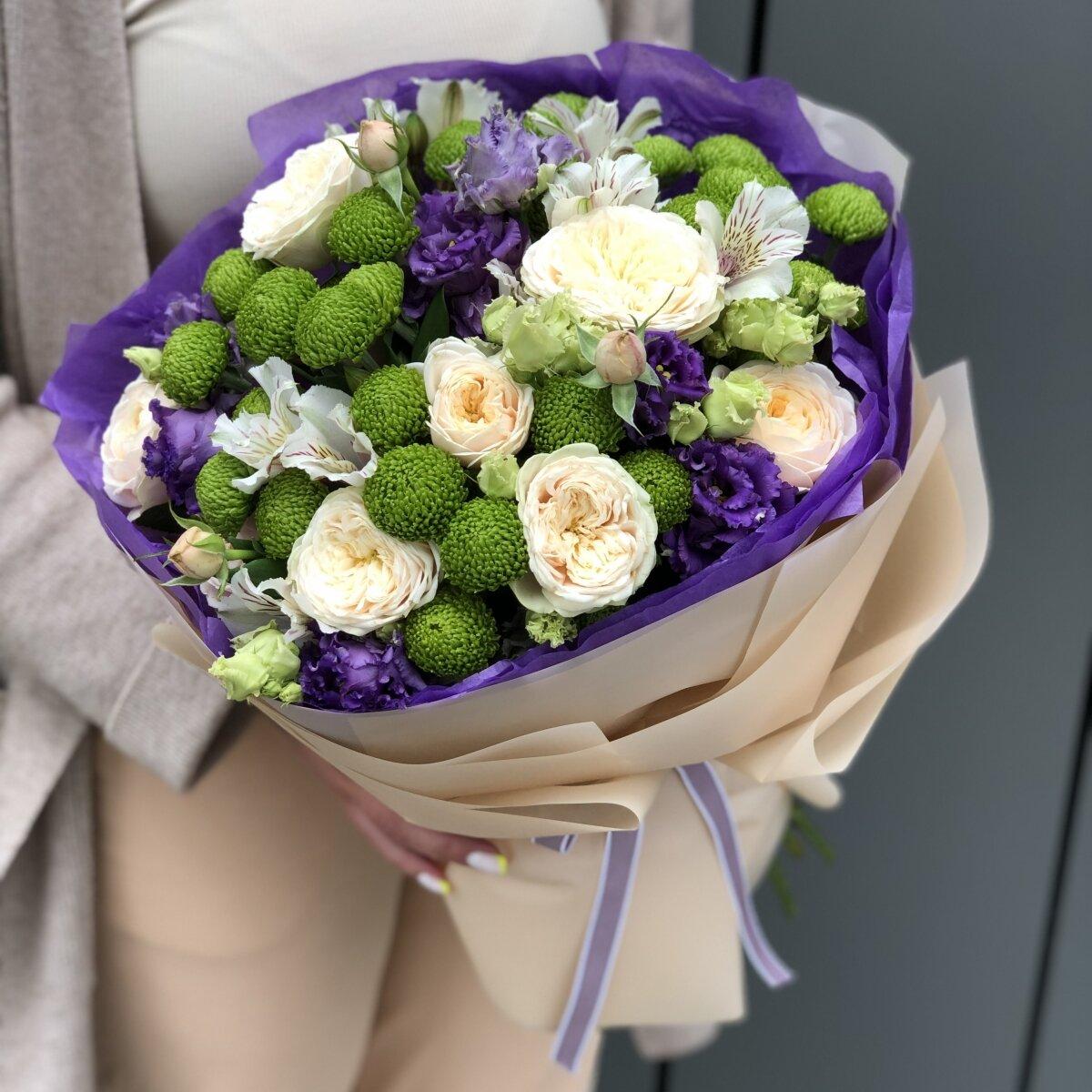 Букет Смайлик из кустовой пионовидной розы, филин грина, эустомы и альстромерии
