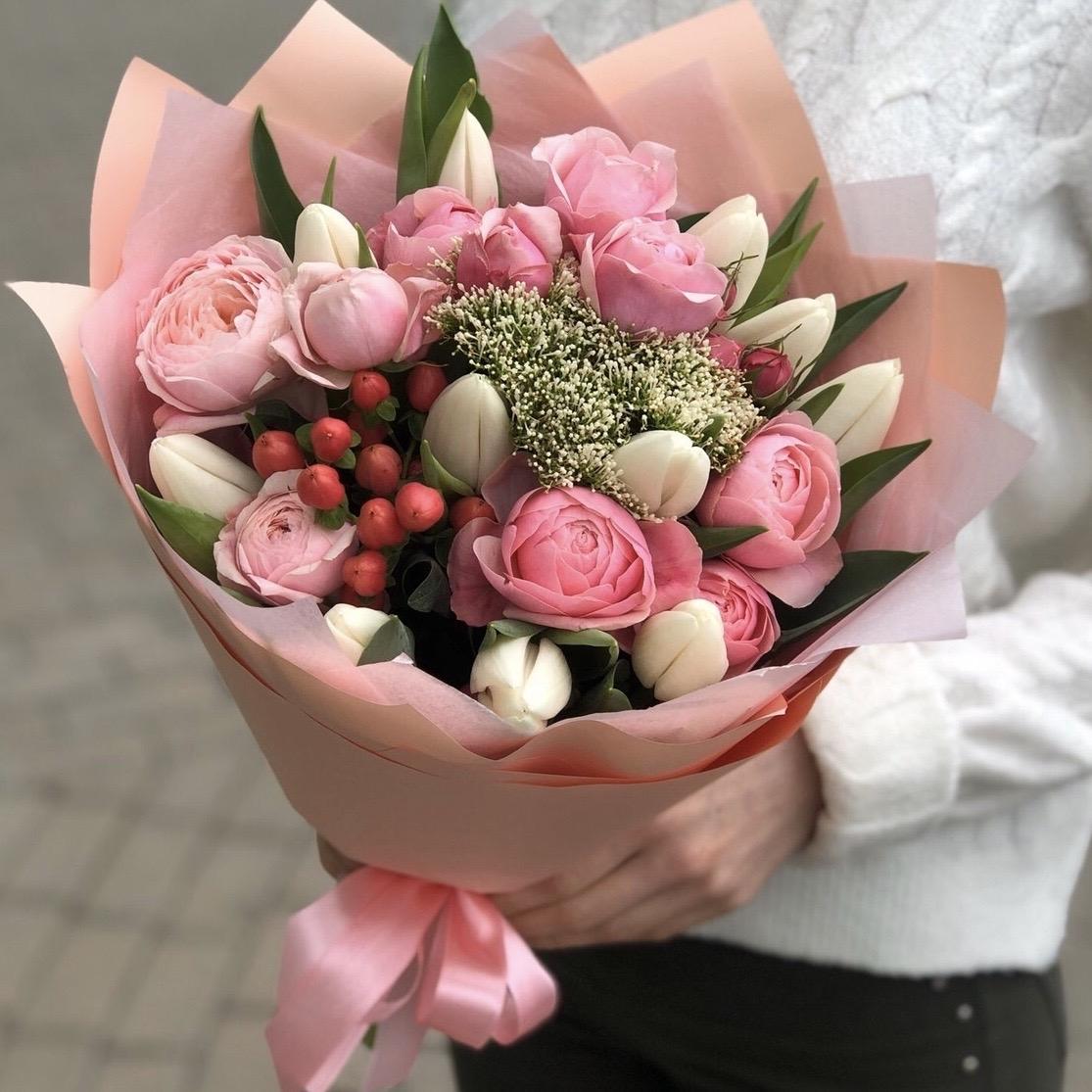 Букет из пионовидных кустовых роз и тюльпан С Любовью