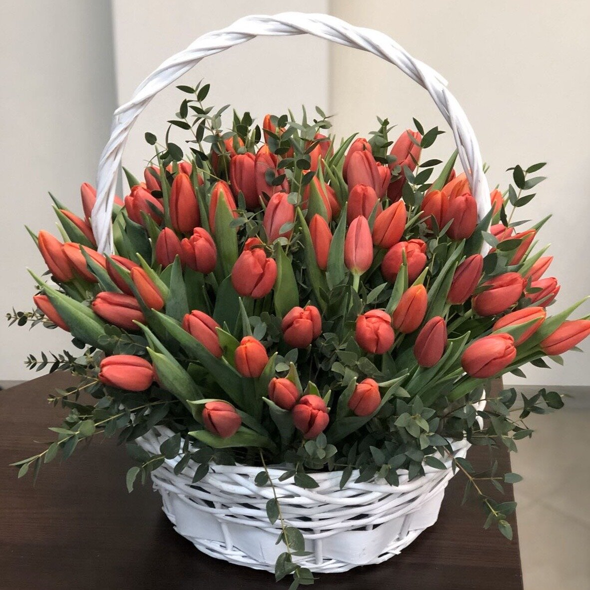 Корзина из тюльпанов Пламя