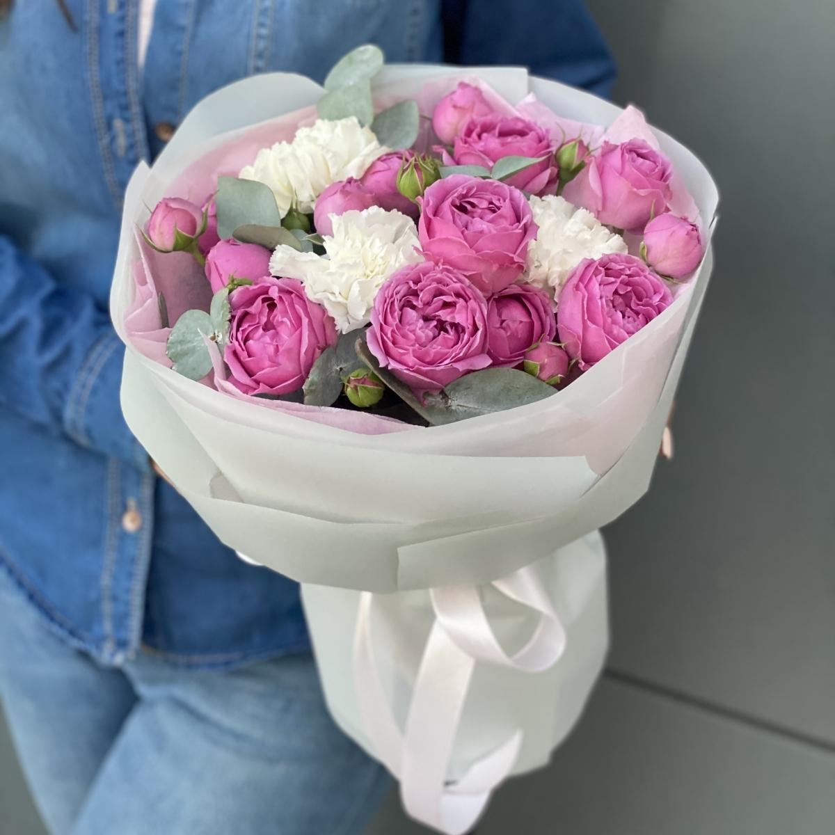 Букет Лилас из кустовых пионовидных роз и диантуса