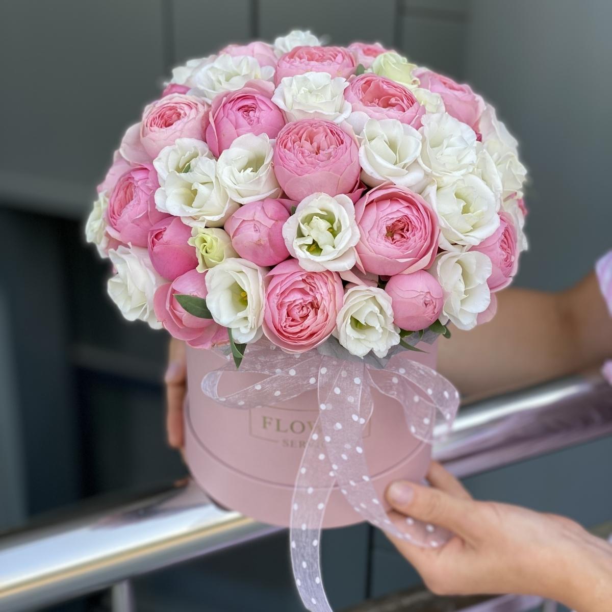 Коробка Сильвиа с кустовыми пионовидными розами и эустомой
