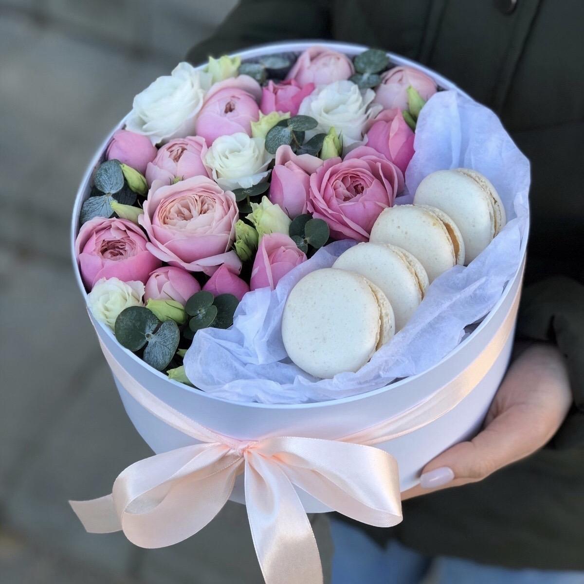 Коробочка с кустовыми пионовидными розами и эустомой и macarons Иллюзия