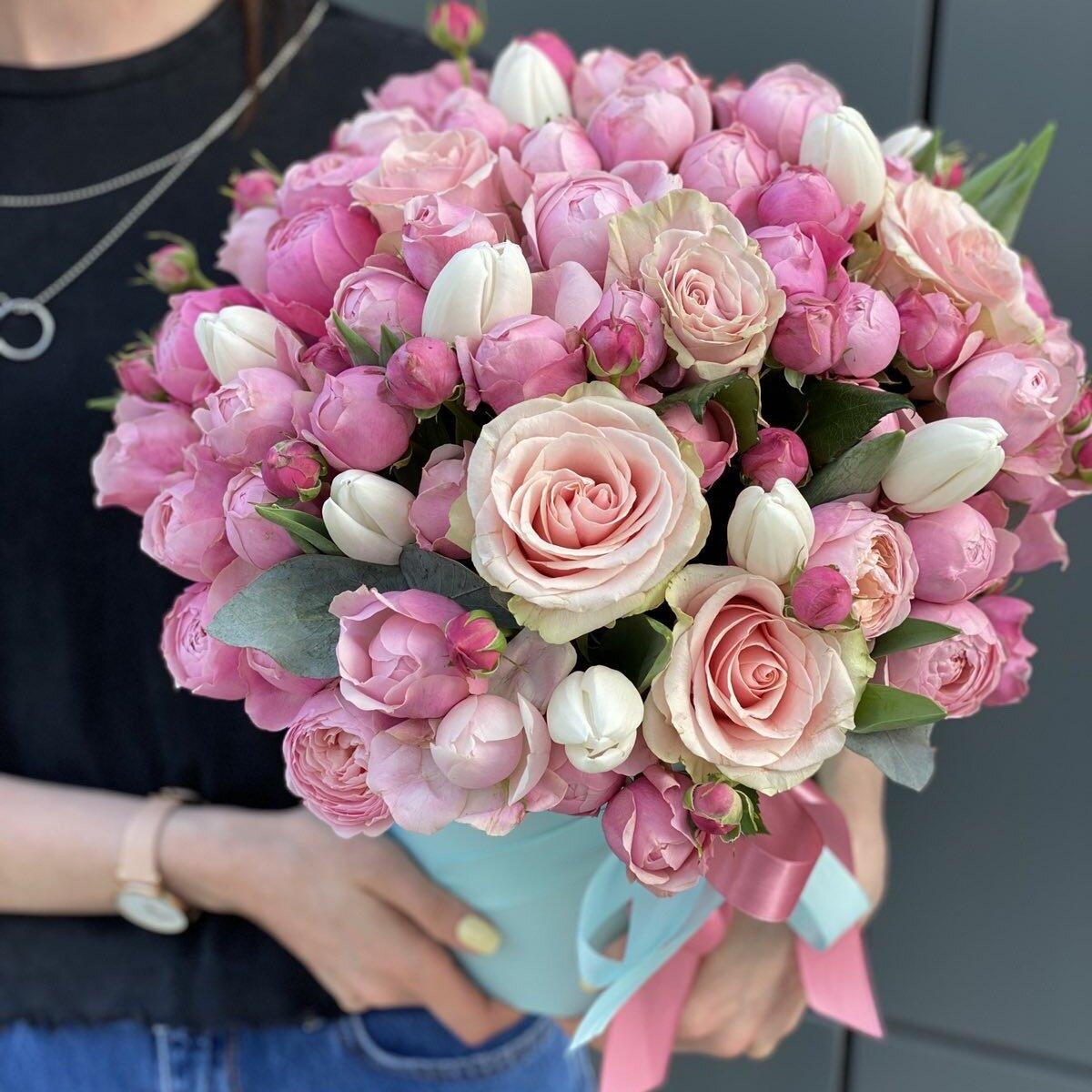 Шляпная коробка с тюльпанами и пионовидными розами Магия Любви
