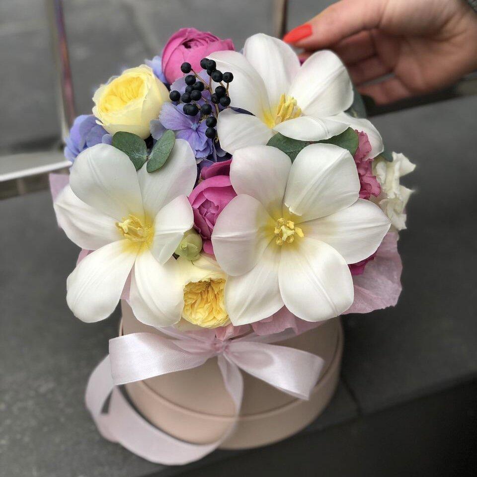 Композиция из гортензии, пионовидных кустовых роз и тюльпанов