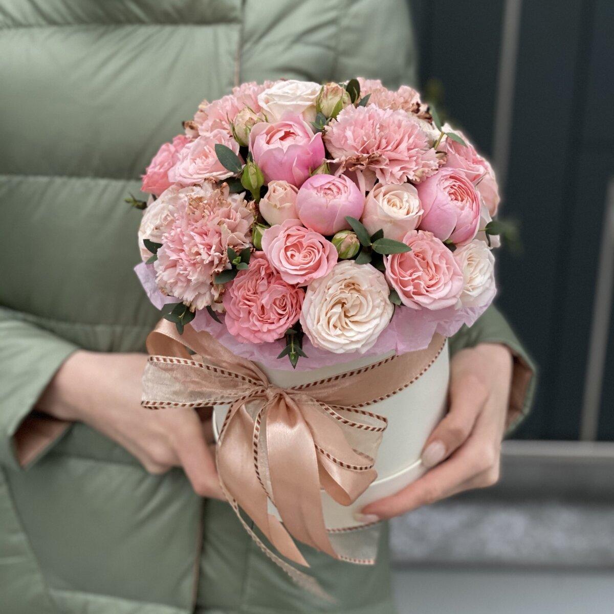 Композиция из кустовой розы и диантуса Кристалл