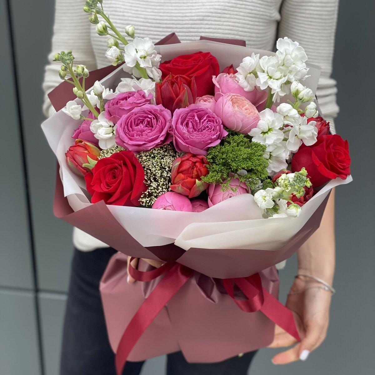 Букет Сидней из пионовидных кустовых роз, маттиолы и тюльпан