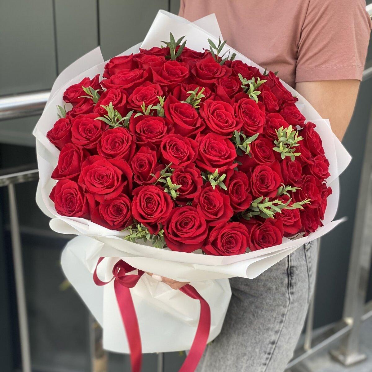 Букет из 51 красной розы и эвкалипта