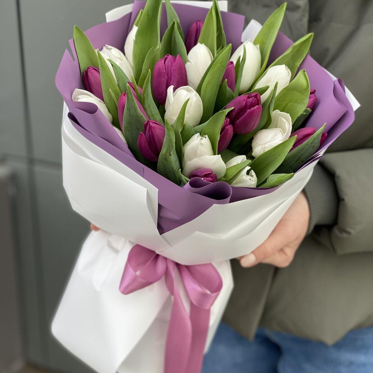 Букет Чикаго из белых и фиолетовых тюльпанов