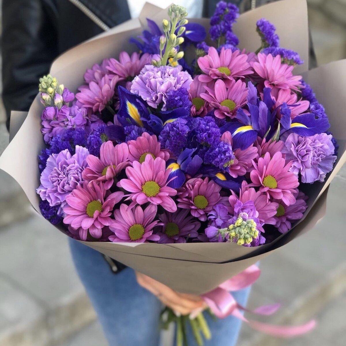Букет из хризантемы, ирисов. гвоздики и маттиолы Мирелла