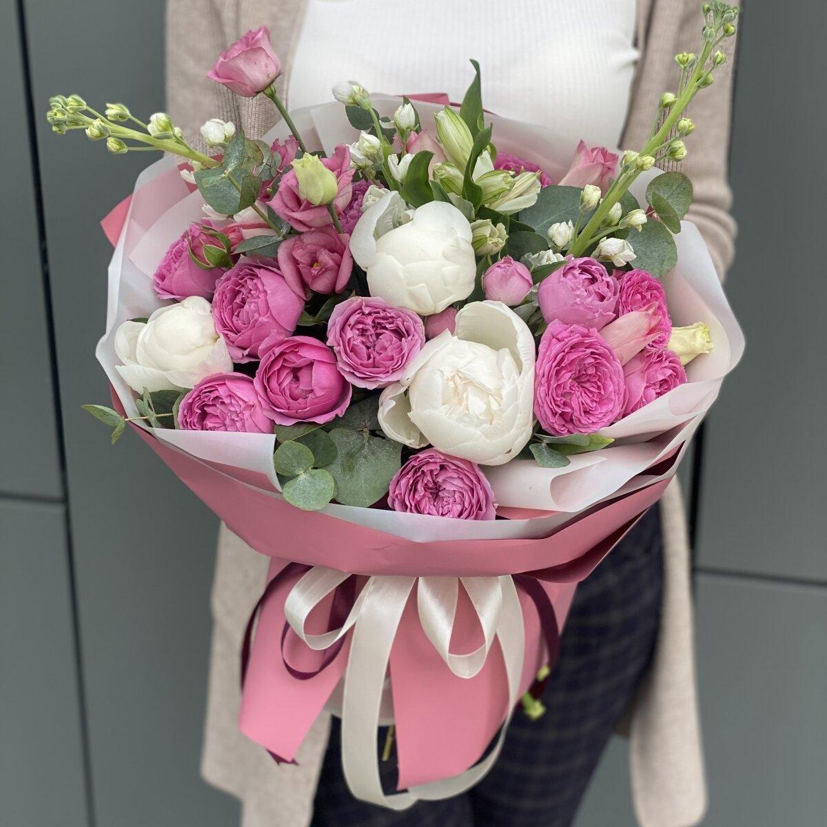 Букет Воздушный замок из пионов, кустовой пионовидной розы, маттиолы и эустомы