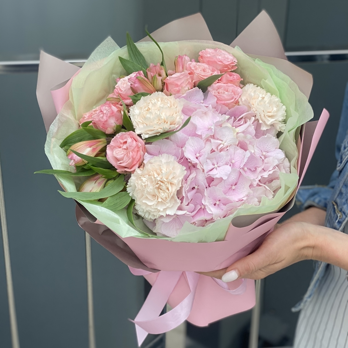 Букет Белинда из гортензии, кустовой розы, гвоздики и альстромерии