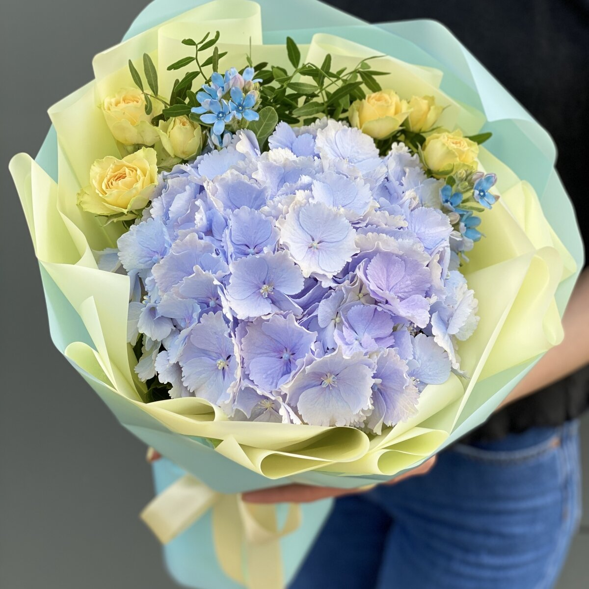 Букет из гортензии, кустовой розы и оксипеталума Незабудка