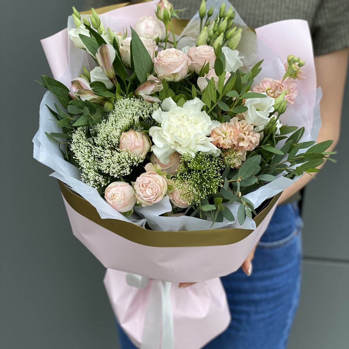 Букет из эустомы, маттиолы, кустовой розы, альстромерии и трахелиума Аделина