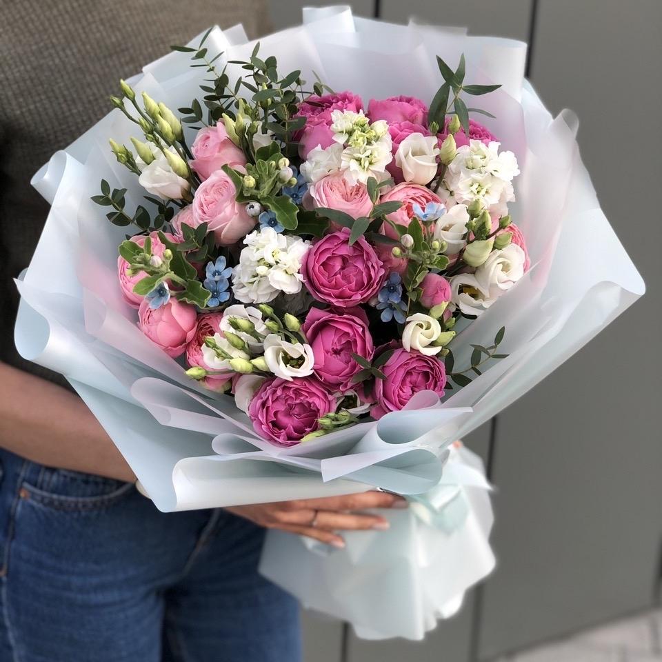Букет Келли Стандарт из пионовидных кустовых роз, маттиолы, эустомы и оксипеталума