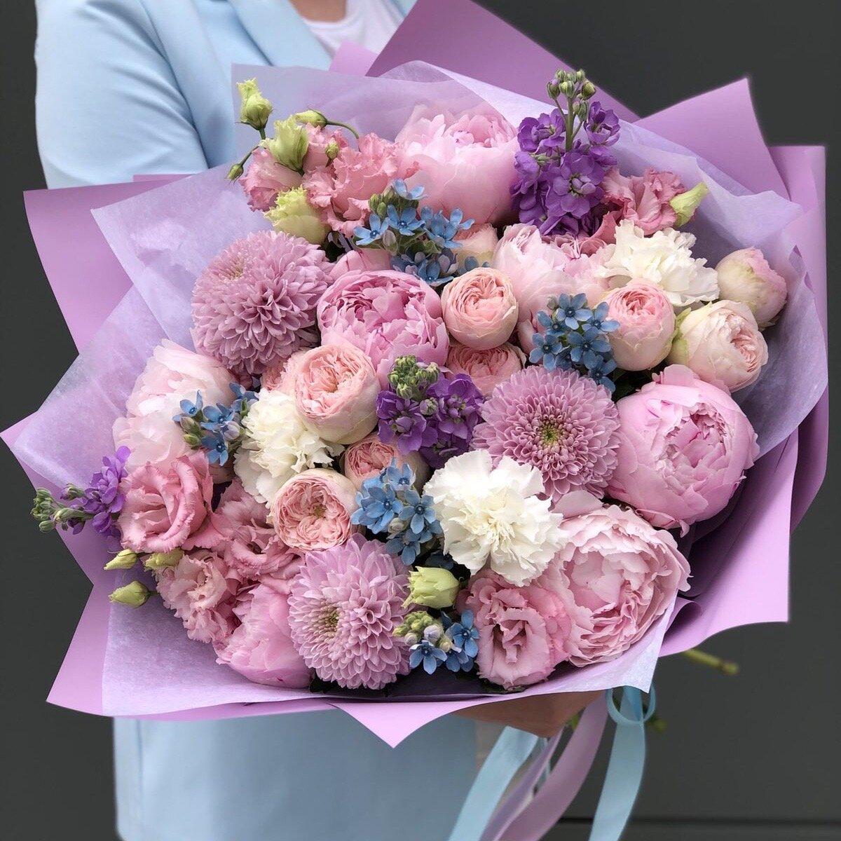 Букет из пионов, маттиолы, пионовидной кустовой розы и эустомы Беатрис