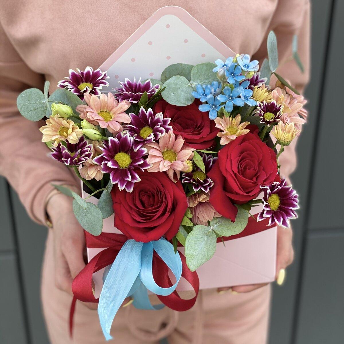Конверт из красной розы, оксипеталума, хризантемы и эвклипта Время любить