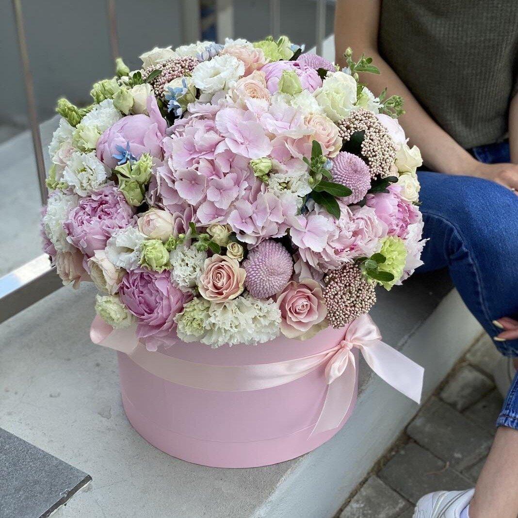 Коробка с гортензией, пионовидной кустовой розой и пионами Килиан