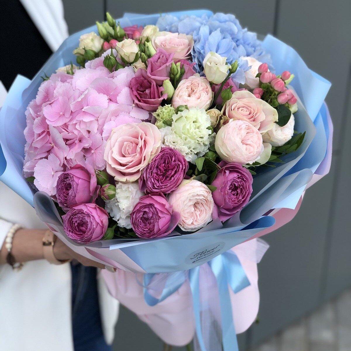 Букет из гортензии, кустовой пионовидной розы и эустомы Верона