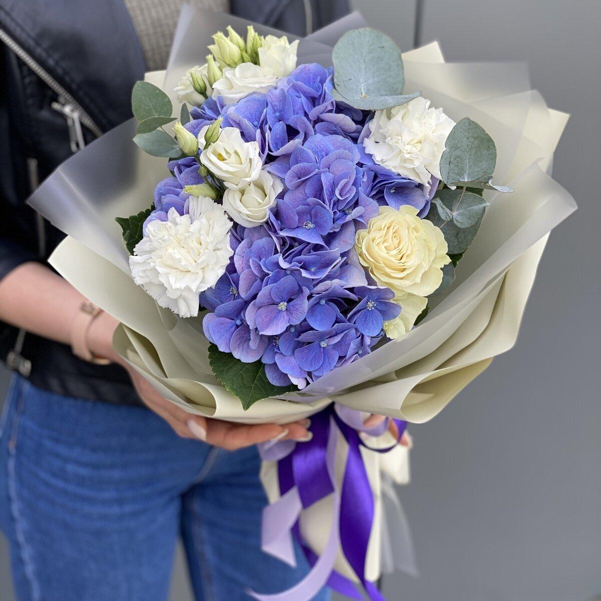 Букет из гортензии, эустомы, гвоздики и розы Хелен