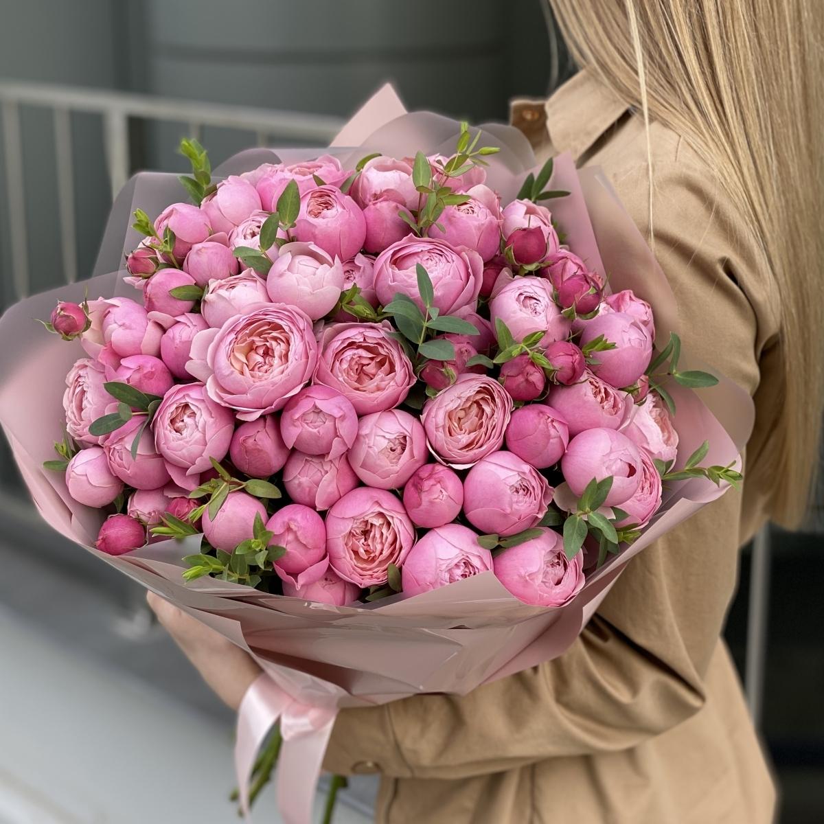 Букет Кэмирон из 15 веток кустовой пионовидной розы и эвкалипта