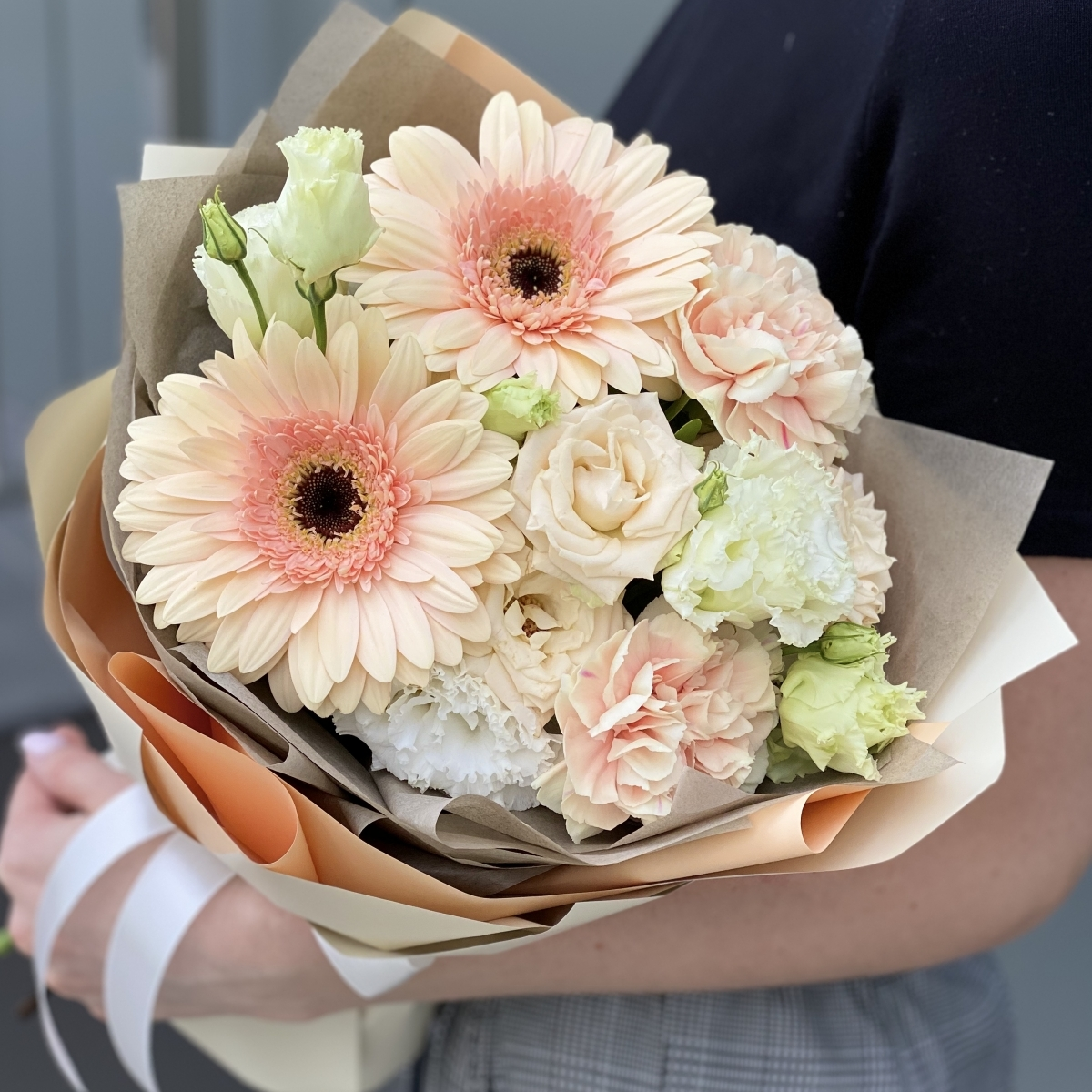 Букет из герберы, кустовой розы и эустомы Фреш