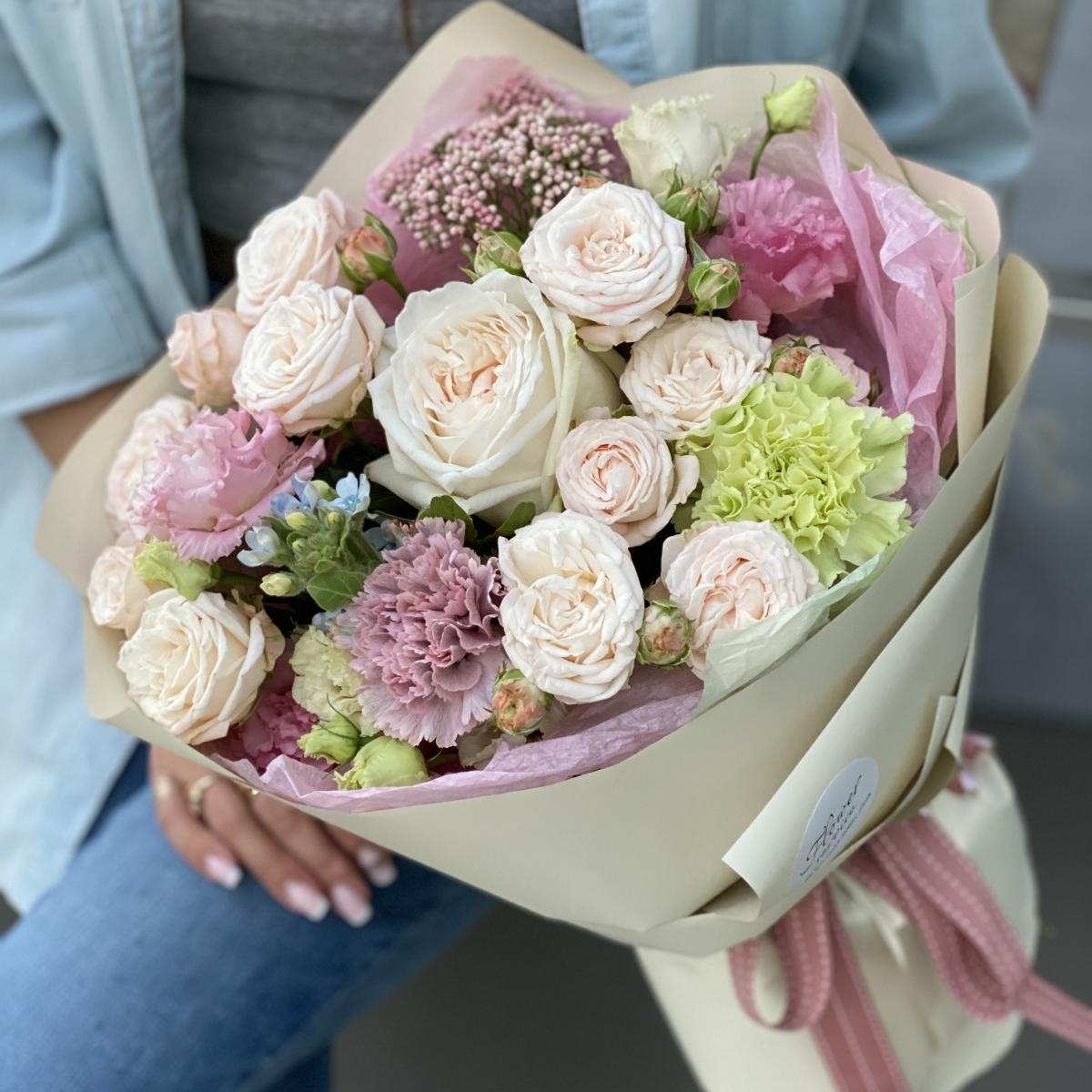 Букет из кустовой розы, эустомы, диантуса и озотамнуса Роял