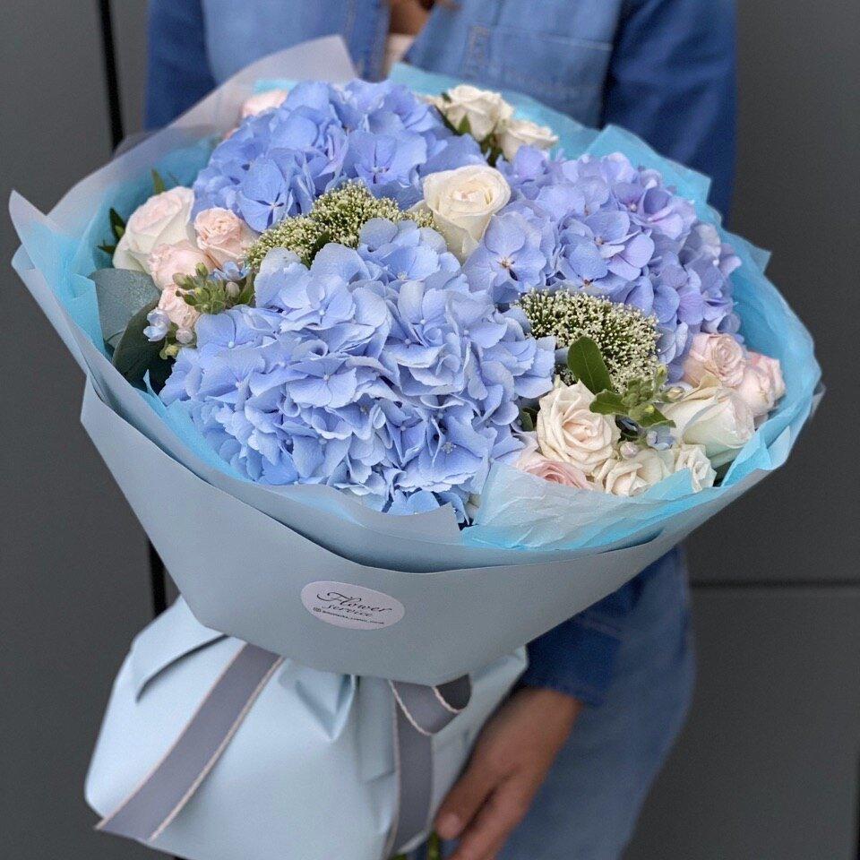 Букет из гортензии, кустовой и одноголовой розы, оксипеталума и трахелиума Мави