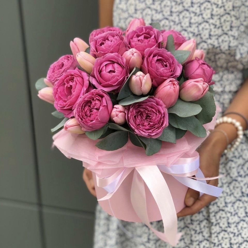 Коробка из пионовидной кустовой розы и тюльпанов Эдем