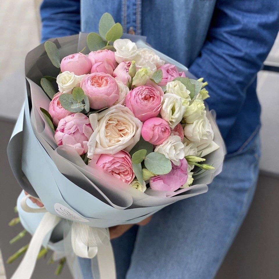Букет из эустомы, кустовой пионодивной и одноголовой розы Пина Колада