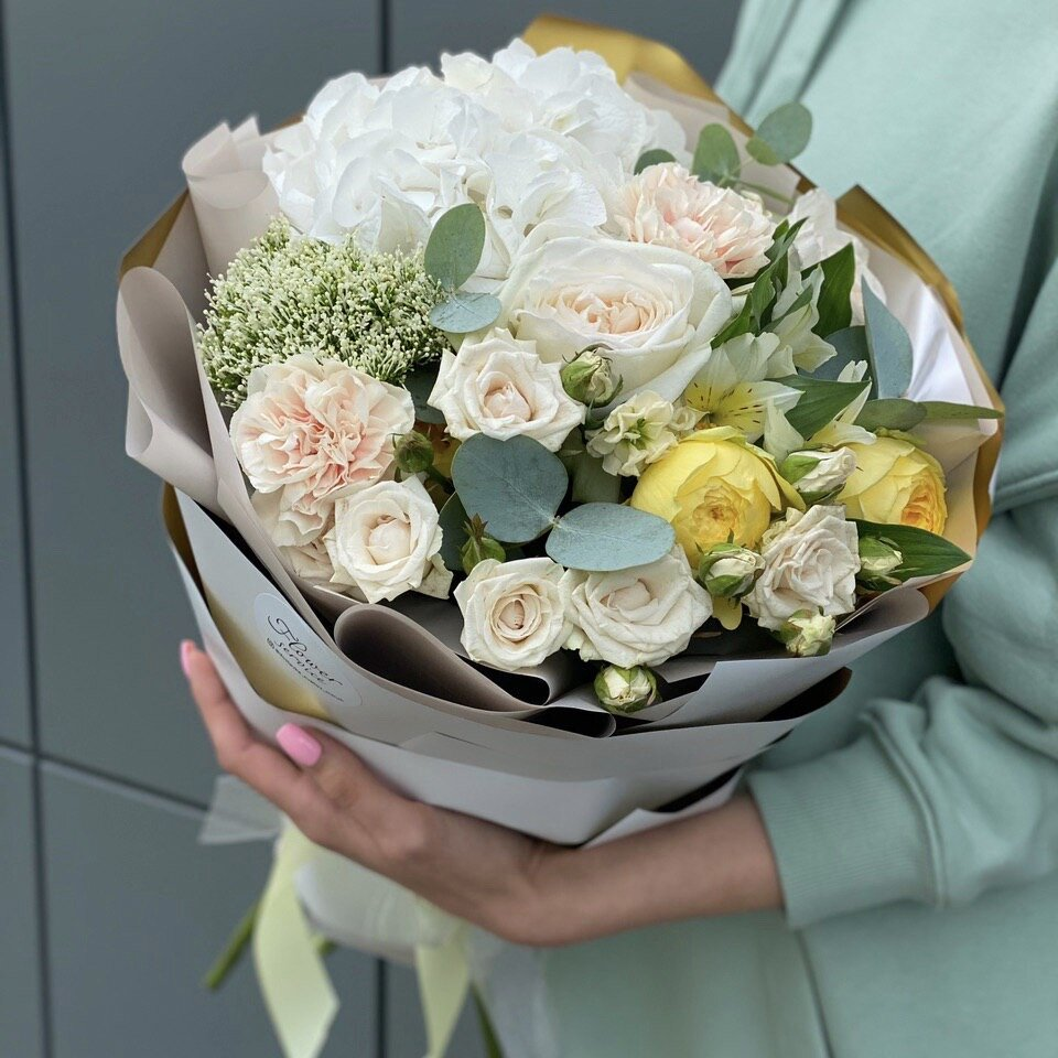 Букет из гортензии, альстромерии, пионовидной кустовой и одноголовой розы Лямур