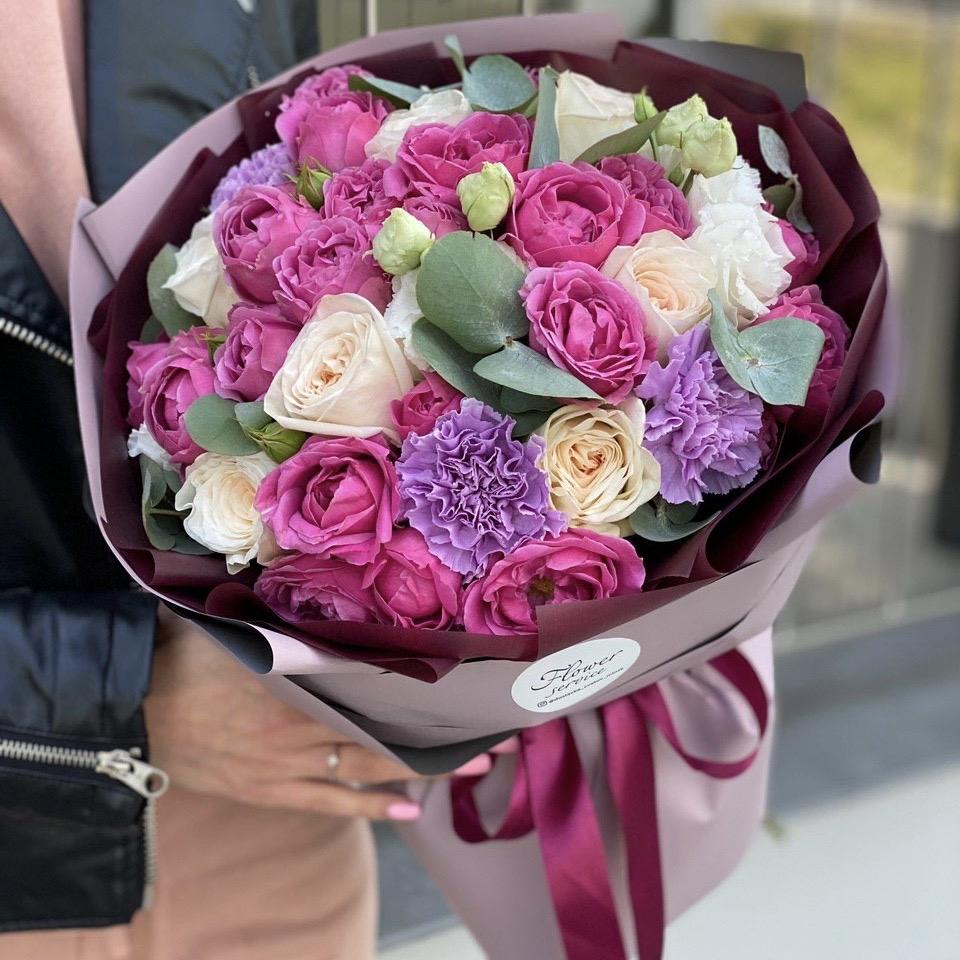 Букет из пионовидной кустовой розы, пионов, диантуса и эвкалипта Шарлотта