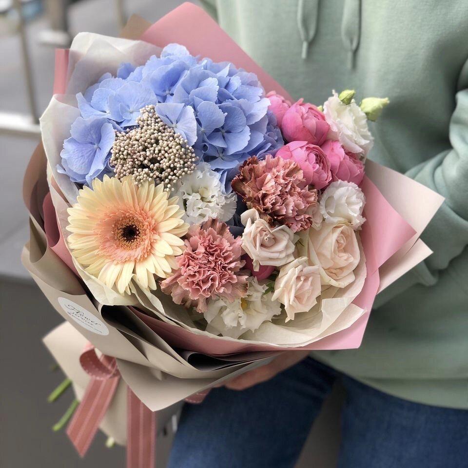 Букет из гортензии, диантуса, кустовой розы, эустомы и герберы Менли