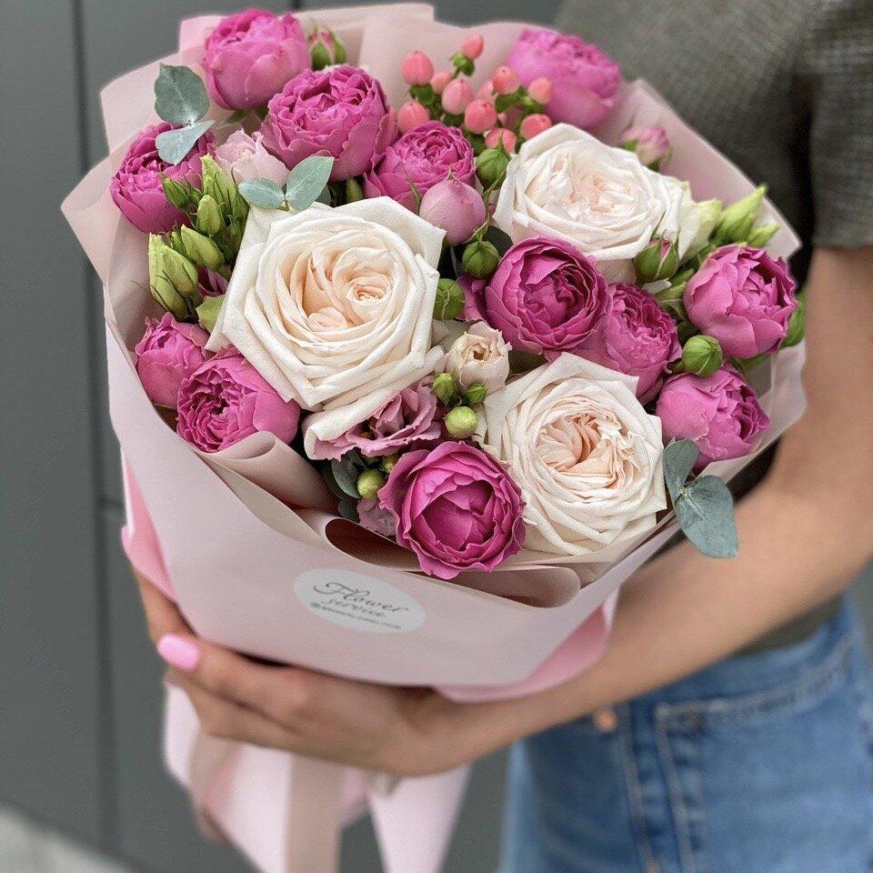 Букет из пиновидной кустовой розы, гиперикума, эустомы и одноголовой розы Инфинити