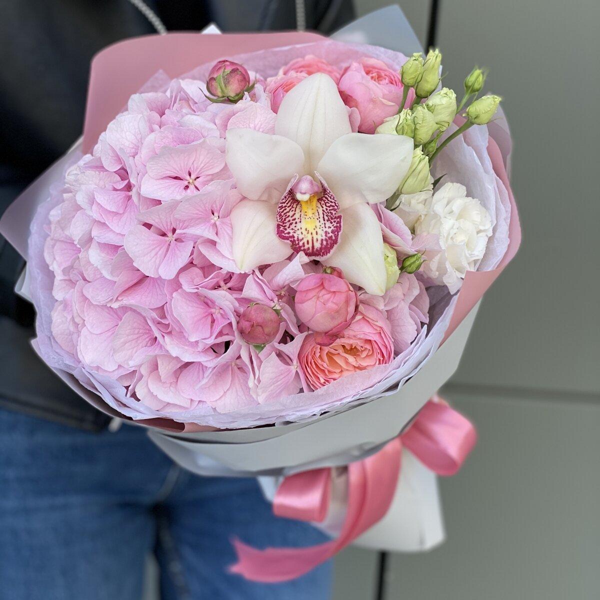 Букет из гортензии, кустовой пионовидной розы и цветка орхидеи Парадайз
