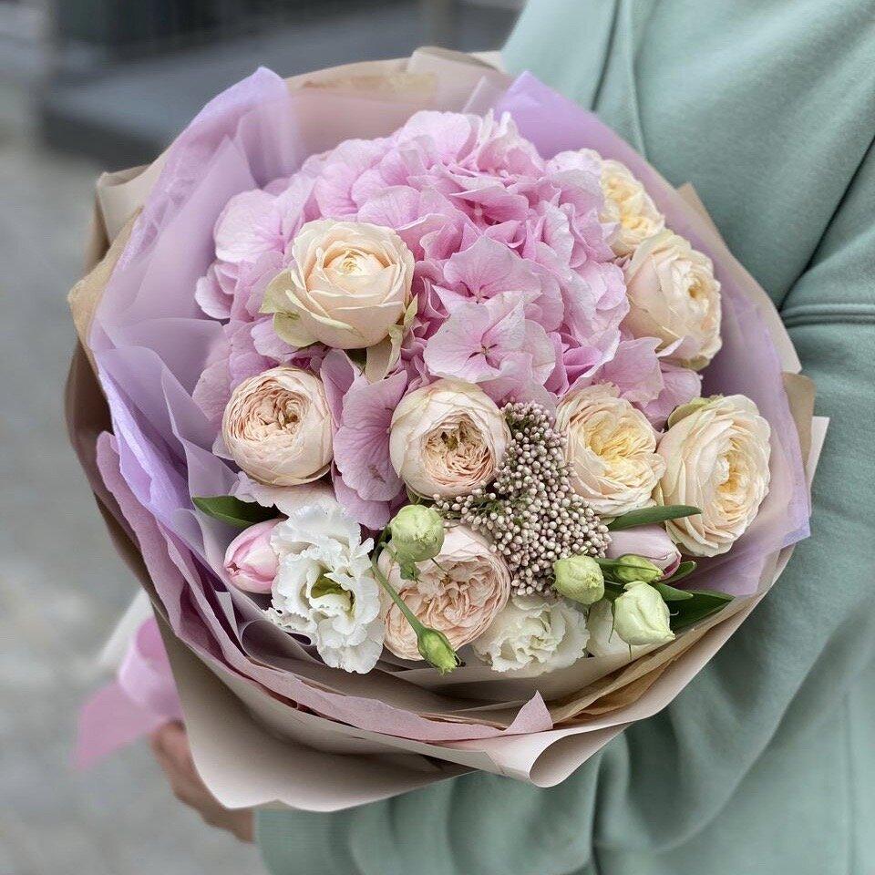 Букет из гортензии и пионовидных кустовых роза Невада