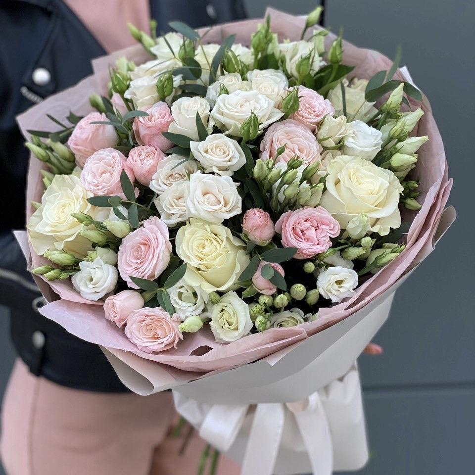 Букет из роз и эустомы Латте