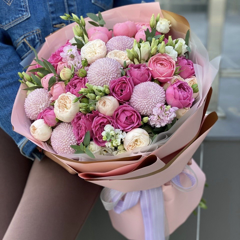 Букет из пионовидных кустовых роз, маттиолы, эустомы и шариков хризантемы Ноа