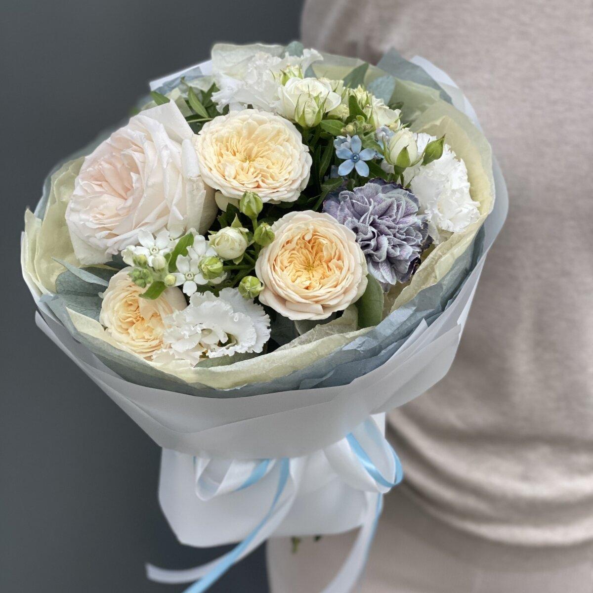 Букет Ноты Любви из кустовых роз, эустомы, оксипеталума и диантуса