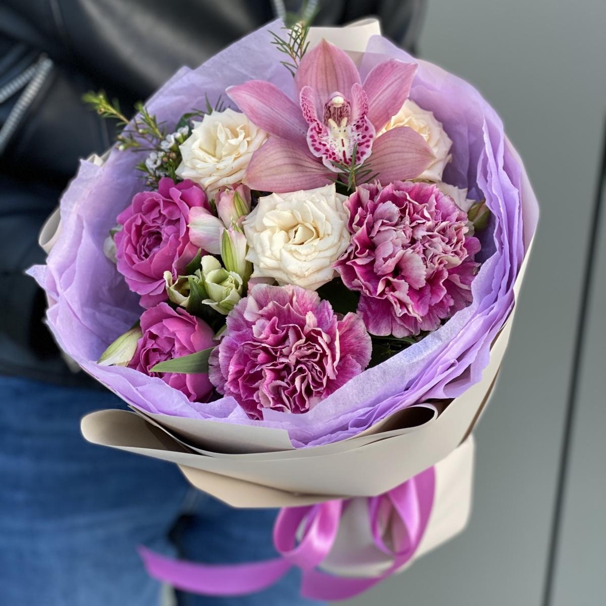 Букет из диантуса, пиновидной кустовой розы, альстромерии и цветка орхидеи Малиновый чай