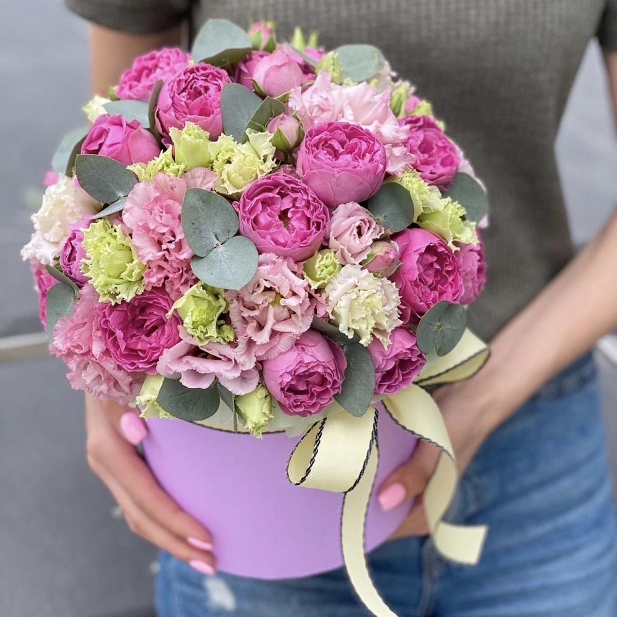 Коробка шляпная из пионовидной кустовой розы и эустомы Пионовое кружево