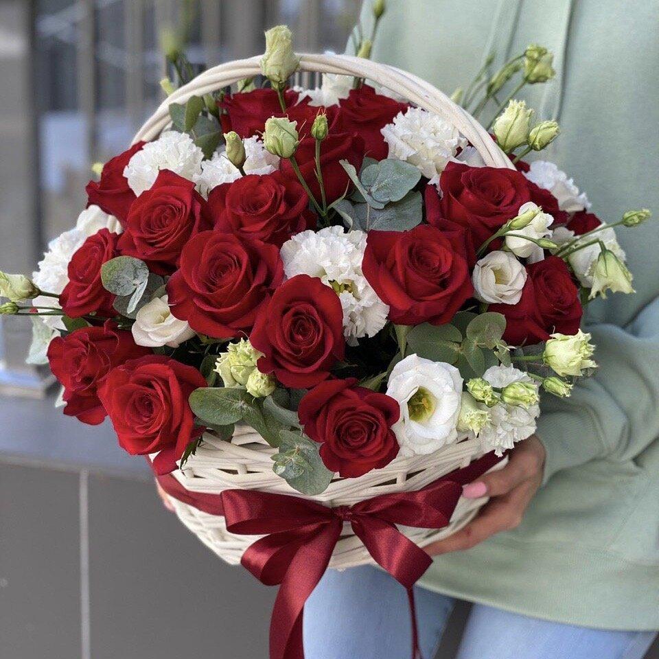 Корзина из красных роз и эустомы Аленький цветочек